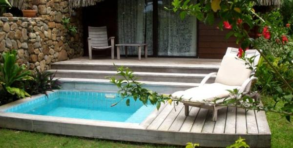 garten-pool-ein-weißer-liegestuhl-daneben