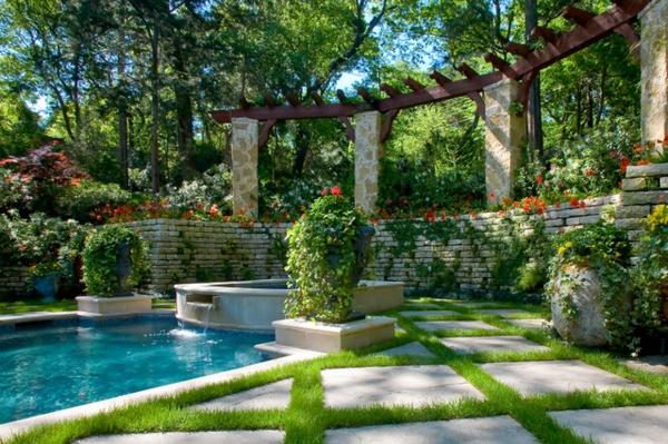 garten-pool-exotisches-aussehen - viele grüne pflanzen