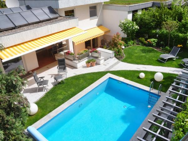 garten-pool-foto-von-oben-genommen - grünes gras