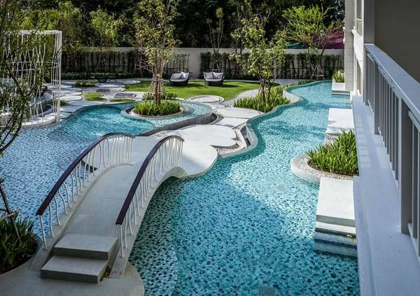garten-pool-mit-interessanter-form- weiße schöne brücke