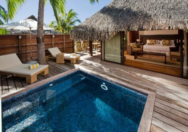 garten-pool-mit-treppen- im kleinen exotischen garten