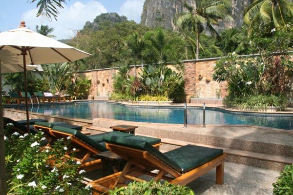 garten-pool-natürliches-aussehen-liegestühle daneben