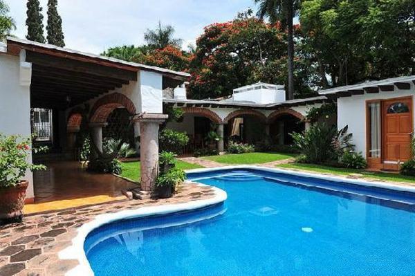 garten-pool-neben-einem-luxuriösen-haus