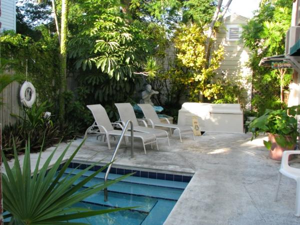 garten-pool-schöne-liegestühle-daneben
