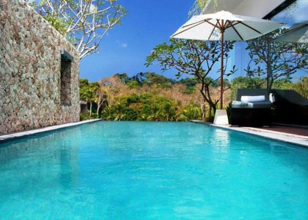 garten-pool-schönes-blaues-wasser und ein weißer sonnenschirm