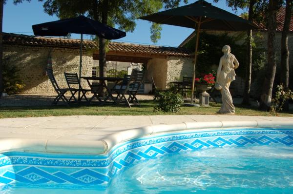 garten-pool-sehr-schön-aussehen - eine skulptur daneben