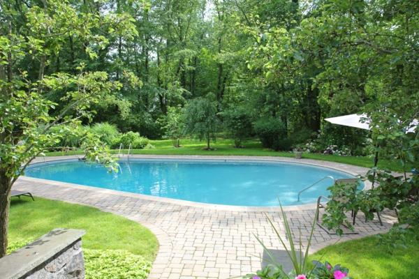 garten-pool-tolles-modell-im-grünen - schöne grpne pflanzen