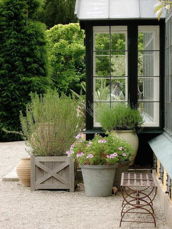 gartenhaus-mit-terrasse-gläserne-wände