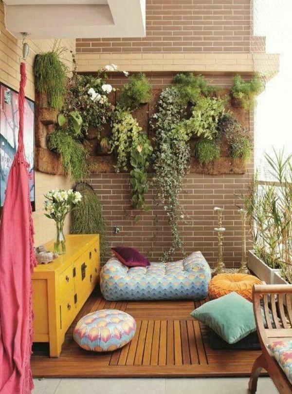 gartenhaus-mit-terrasse-kleine-süße-gestaltung-mit-dekorativen-kissen