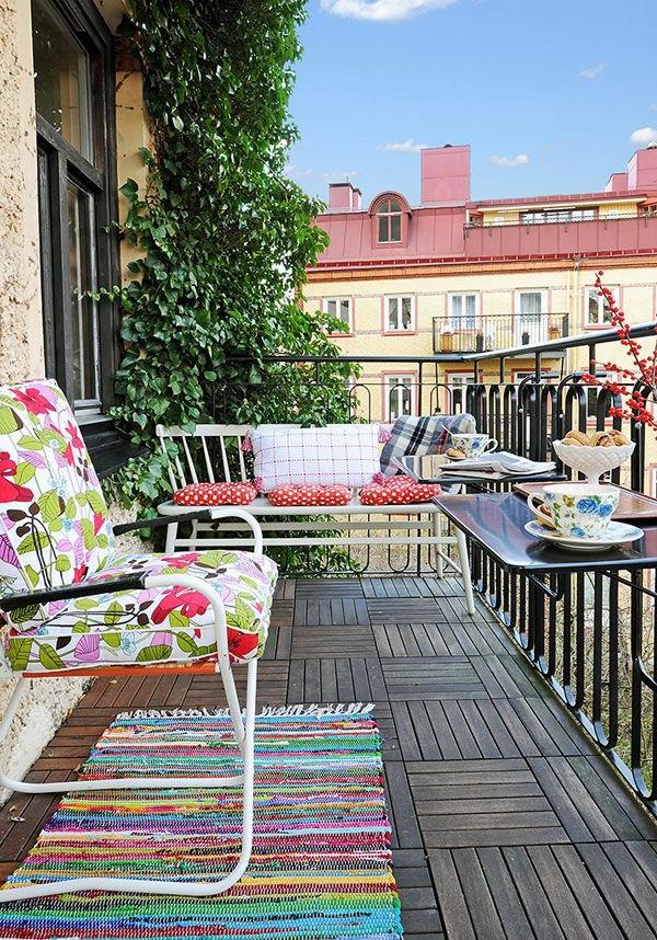 gartenhaus-mit-terrasse-viele-möbel-auf-der-terrasse