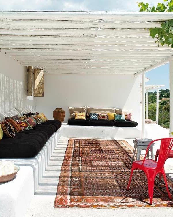 gartenhaus-mit-terrasse-weißes-interieur