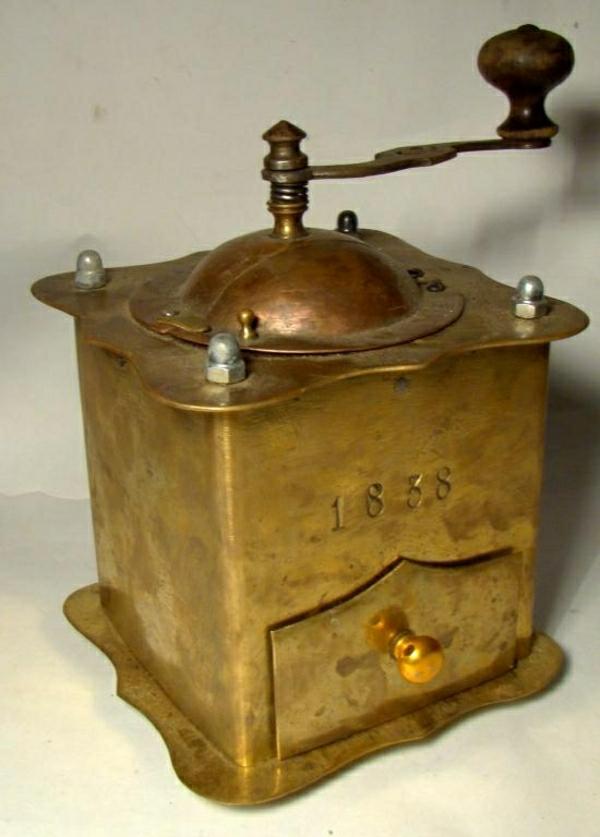 goldene-Farbe-Vintage-Kaffeebohnen-Mühle