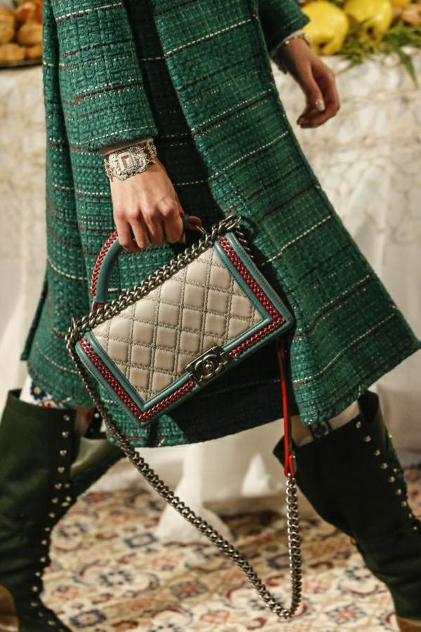 grüner-Mantel-aus-Wolle-bunte-Chanel-Tasche-Stiefel