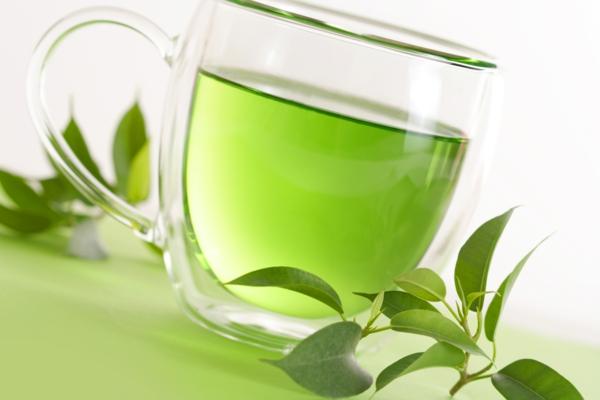 cooles modell von tasse mit grünem tee