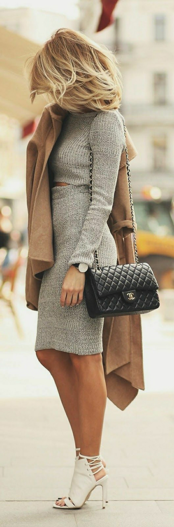 grauer-Rock-Top-Mantel-schwarze-Tasche-weiße-Sandalen