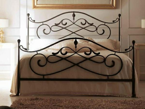 großes-Bett-Teppich-Bild-Rahmen-Nachttische-Leuchten