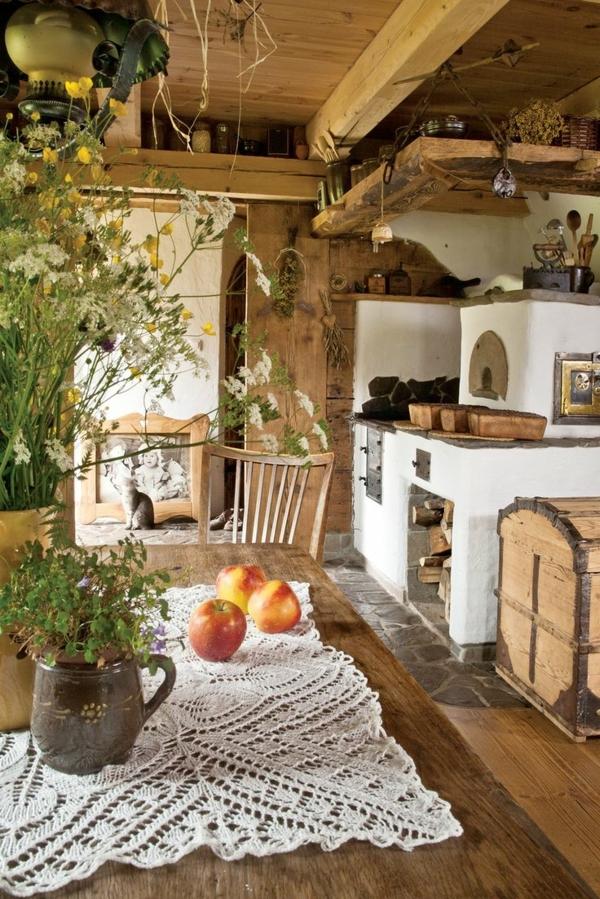 hölzerne-Landhausküchen-Kamin-Blumen-Esstisch