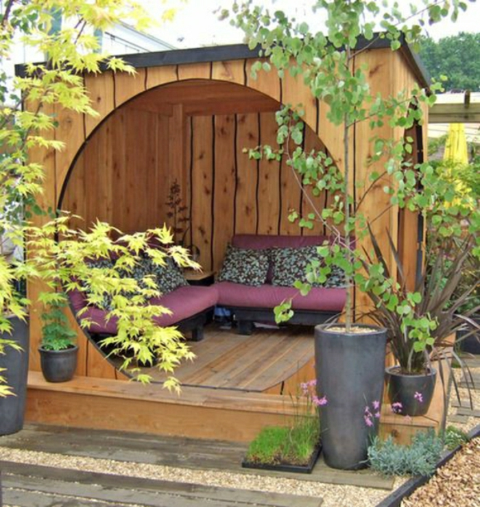 hölzernes-Gartenhäuschen-Sofas-Kissen-Blumentöpfe