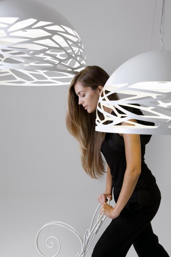 hübsche-frau-zwischen-modernen-weißen-lampen