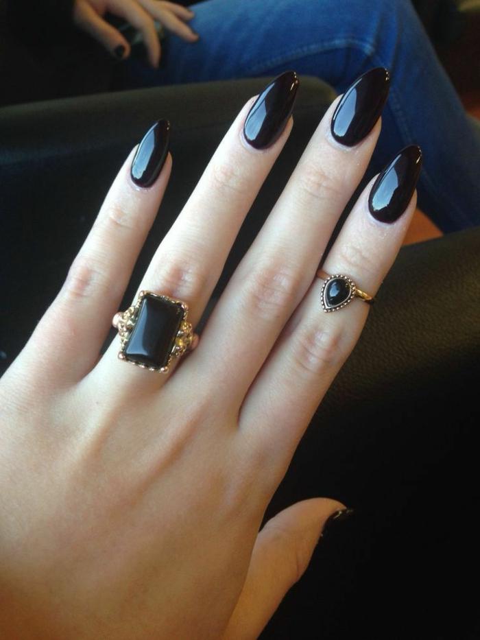 halloween-nägel-schwarzes-design-und-schwarzer-hintergrund