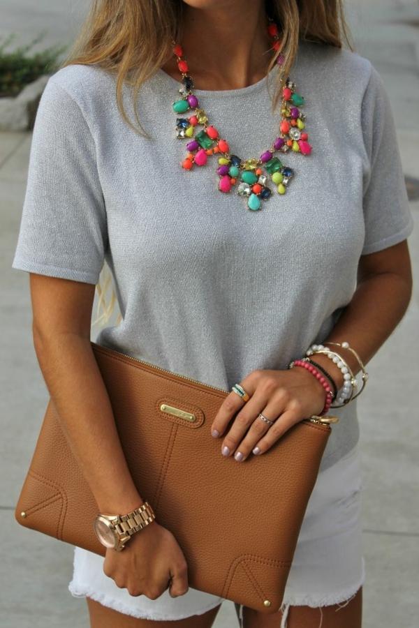 halsketten-für-damen-attraktiv-aussehende-frau-mit-einer-handtasche