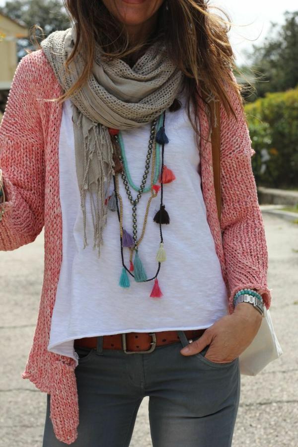 halsketten-für-damen-modern-aussehende-frau-mit-vielen-accessoires
