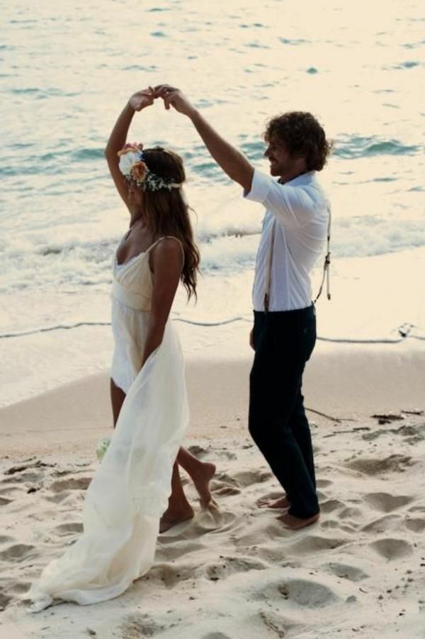 heiraten-am-strand-braut-und-bräutigam-tanzen