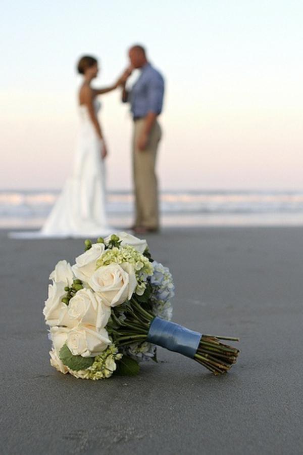 heiraten-am-strand-ein-blumenstrauß-auf-dem-sand
