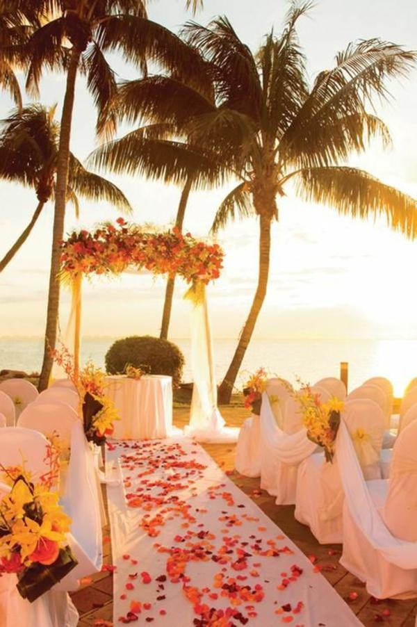 heiraten-am-strand-große-palmen-schöne-gestaltung