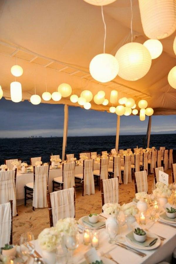 heiraten-am-strand-hängende-lampen-sehr-schön-aussehen