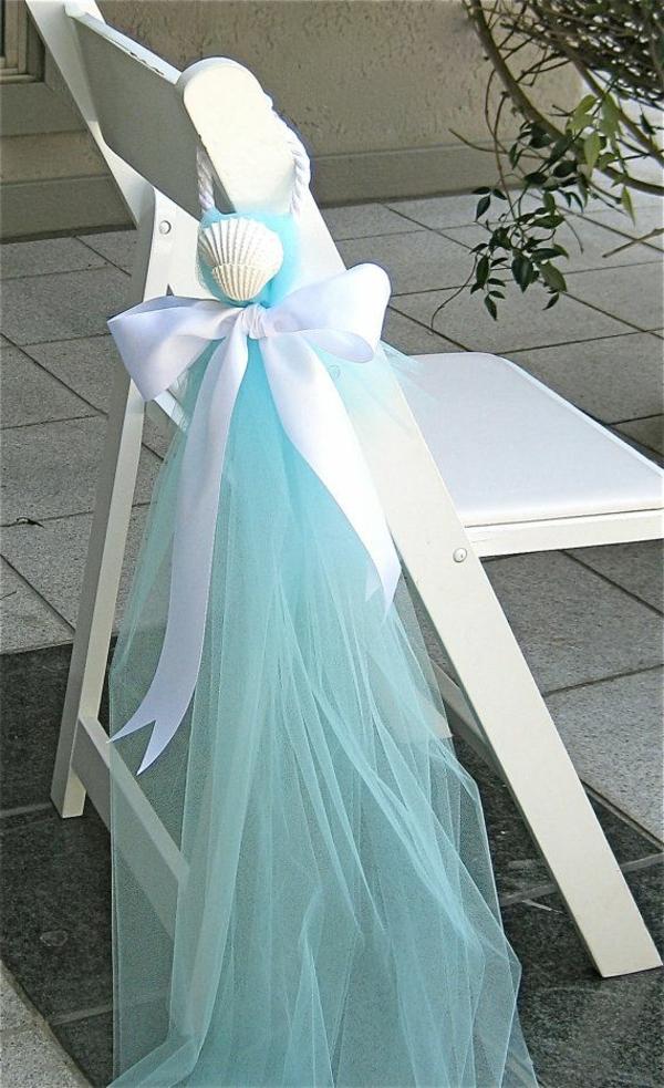 heiraten-am-strand-interessante-blaue-dekoration-für-stühle