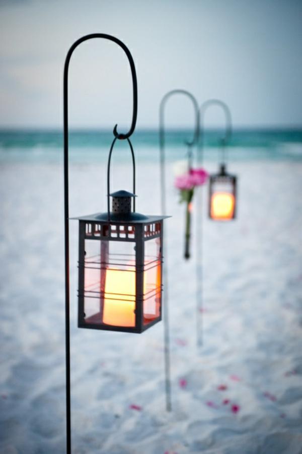 heiraten-am-strand-schöne-lampen-auf-dem-sand