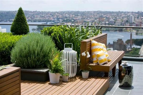 herrliche-ausstattung-von-terrasse-viele-grüne-pflanzen