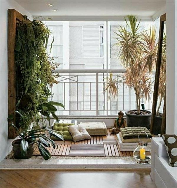 holzfliesen-für-balkon-dekokissen-auf-dem-boden