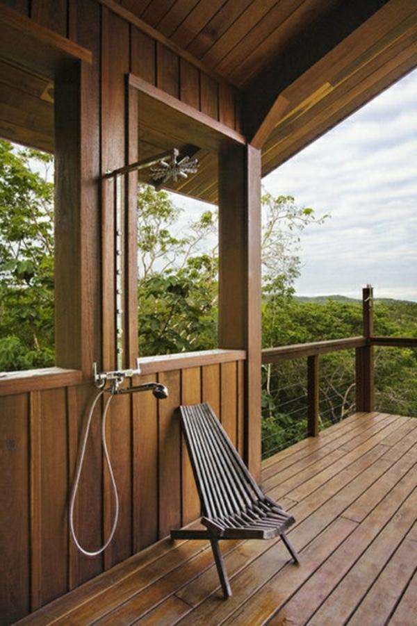 holzfliesen-für-balkon-eine-dusche-auf-der-terrasse