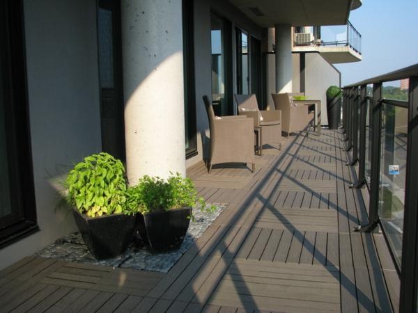 holzfliesen-für-balkon-eine-große-weiße-säule
