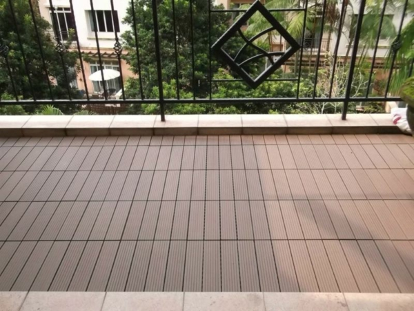 holzfliesen-für-balkon-foto-vom-nahen-genommen