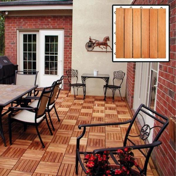 holzfliesen-für-balkon-süße-stühle-auf-der-terrasse