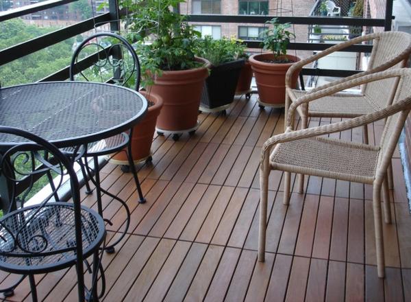 holzfliesen-für-balkon-tisch-und-stühle