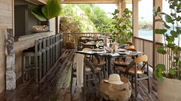 holzfliesen-für-balkon-viele-schöne-pflanzen