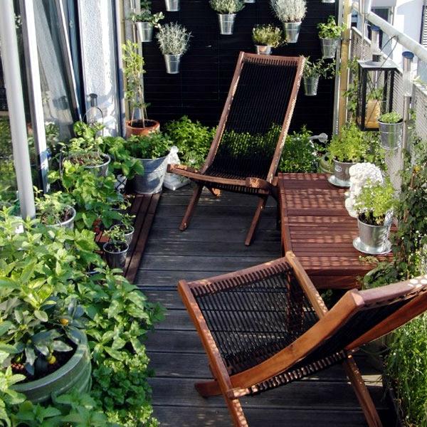 holzfliesen-für-balkon-zwei-attraktive-liegestühle-und-viele-grüne-pflanzen
