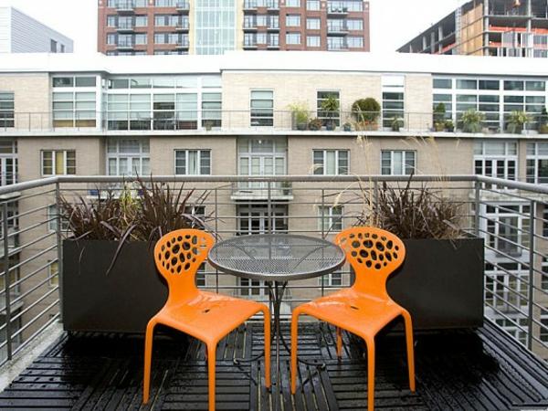holzfliesen-für-balkon-zwei-orange-stühle