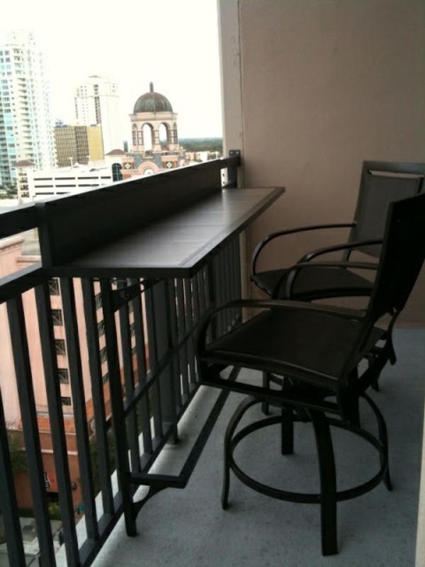 kleine-balkons-klapptisch-moderne-einrichtungsideen-balkon-terrasse-einrichten---klapptisch