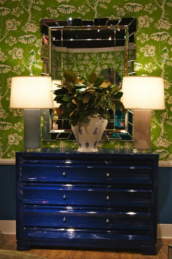 kommode-für-flur-blaues-design-zwei-lampen