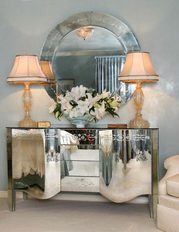 kommode-für-flur-großer-runder-spiegel - weiße blumen zwei lampen