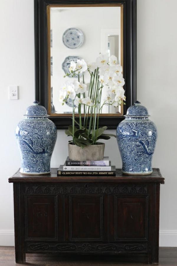 kommode-für-flur-interessanter-spiegel - mit zwei vasen