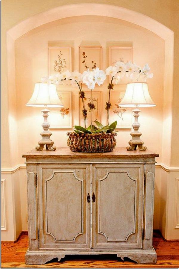 kommode-für-flur-weißer-schrank-mit-eleganten-lampen