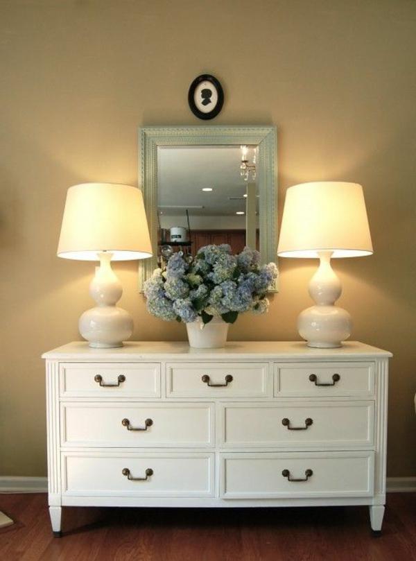 kommode-für-flur-zwei-lampen-auf-dem-weißen-schrank