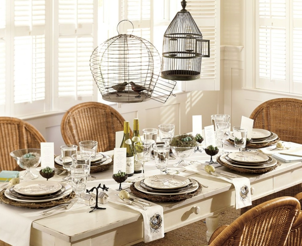 korbstühle-für-esszimmer-extravagante-lampen-über-dem-tisch - schöne tischdekoration