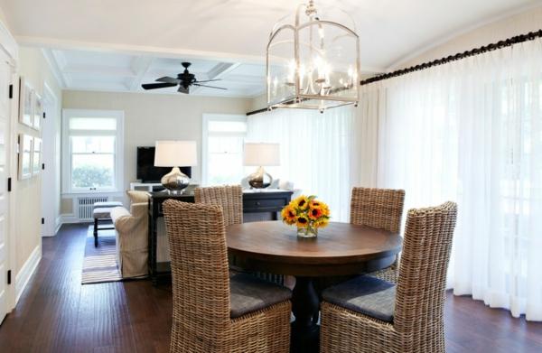 korbstühle-für-esszimmer-gemütliches-esszimmer - interessante lampe über dem tisch